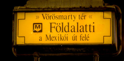 Señal de entrada a una de las estaciones de metro de Budapest, Hungría.