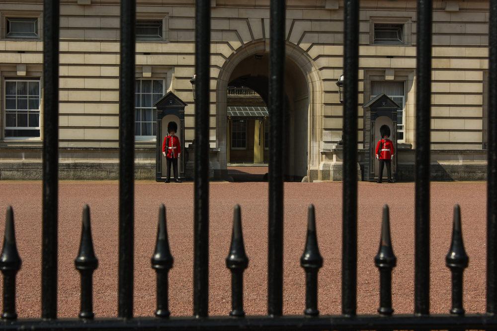 Guardia en Buckingham Palace, Londres, Reino Unido.