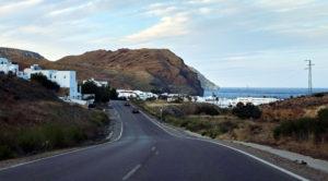 Carretera en el Cabo de Gata, Andalucía, España.