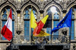 Banderas en el Ayuntamiento de Mons, Bélgica.