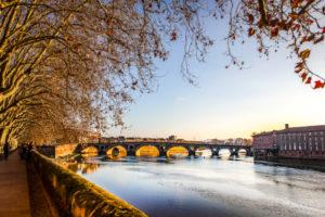Paseo junto al río en Toulouse, Francia.