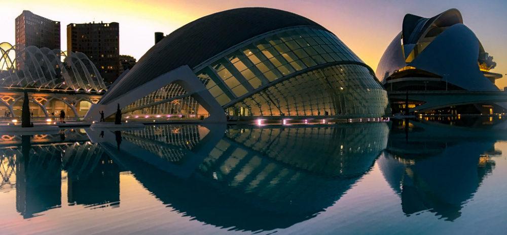 Atardecer en la Ciudad de las Artes y las Ciencias de Valencia, España.