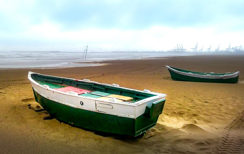 Barcas en la playa de la Malvarrosa de Valencia.