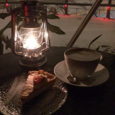 Café y tarta en el Solaris Lab de San Petersburgo, Rusia.
