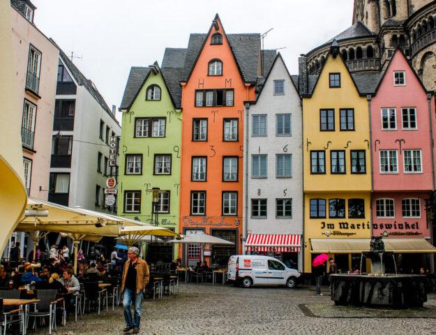 Casas tradicionales de colores en Colonia, Alemania.