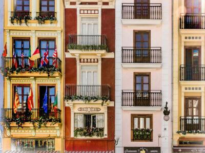 Fachada en el centro de Valencia, España.