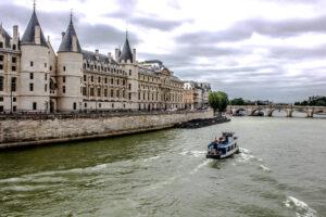 Río Sena a su paso por el centro de París, capital de Francia.