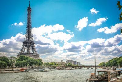 Torre Eiffel desde el río Sena en París, Francia.